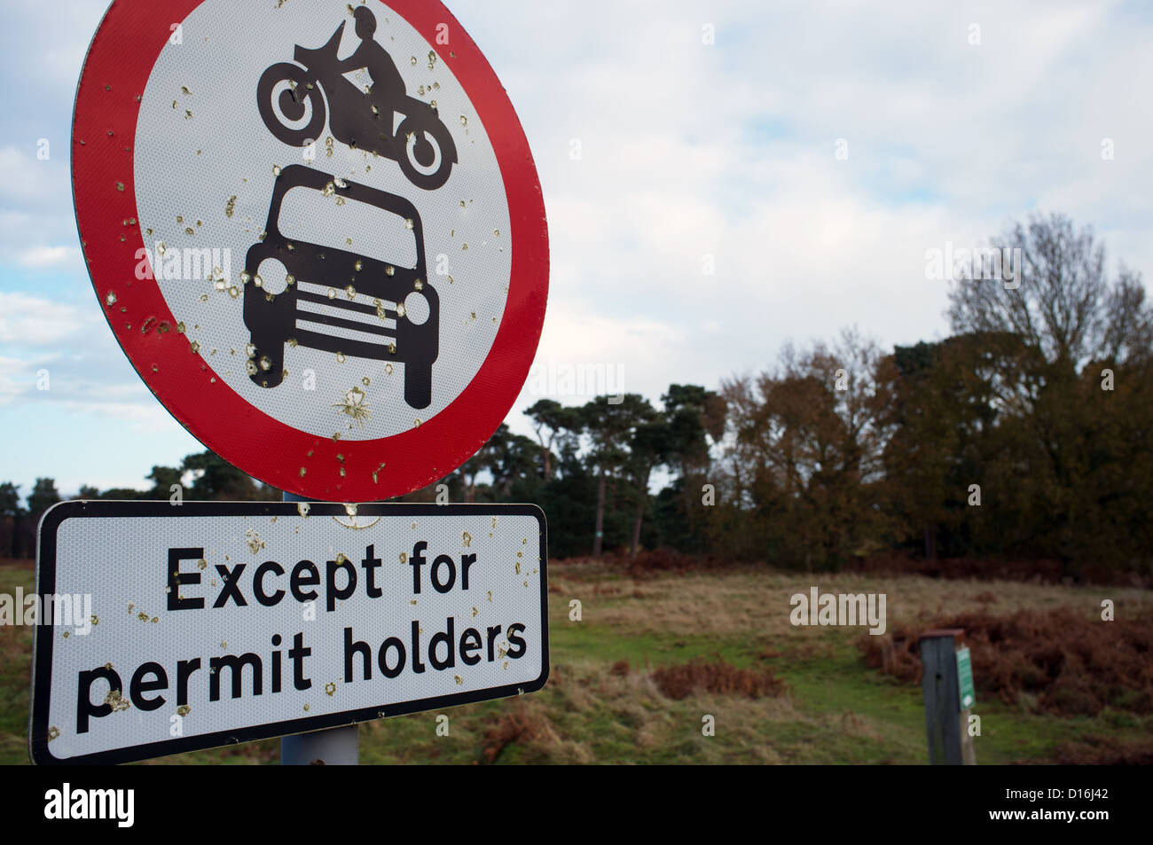 No motor vehicles except permit holders sign - Stock Image