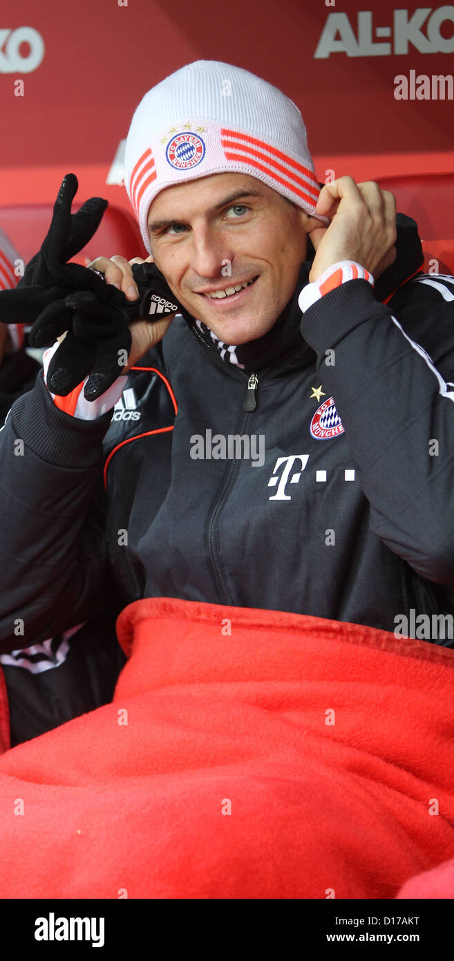 Munich'sMario Gomez sits on substitute's bench before Bundesliga soccer match between FC Augsburg Bayern - Stock Image