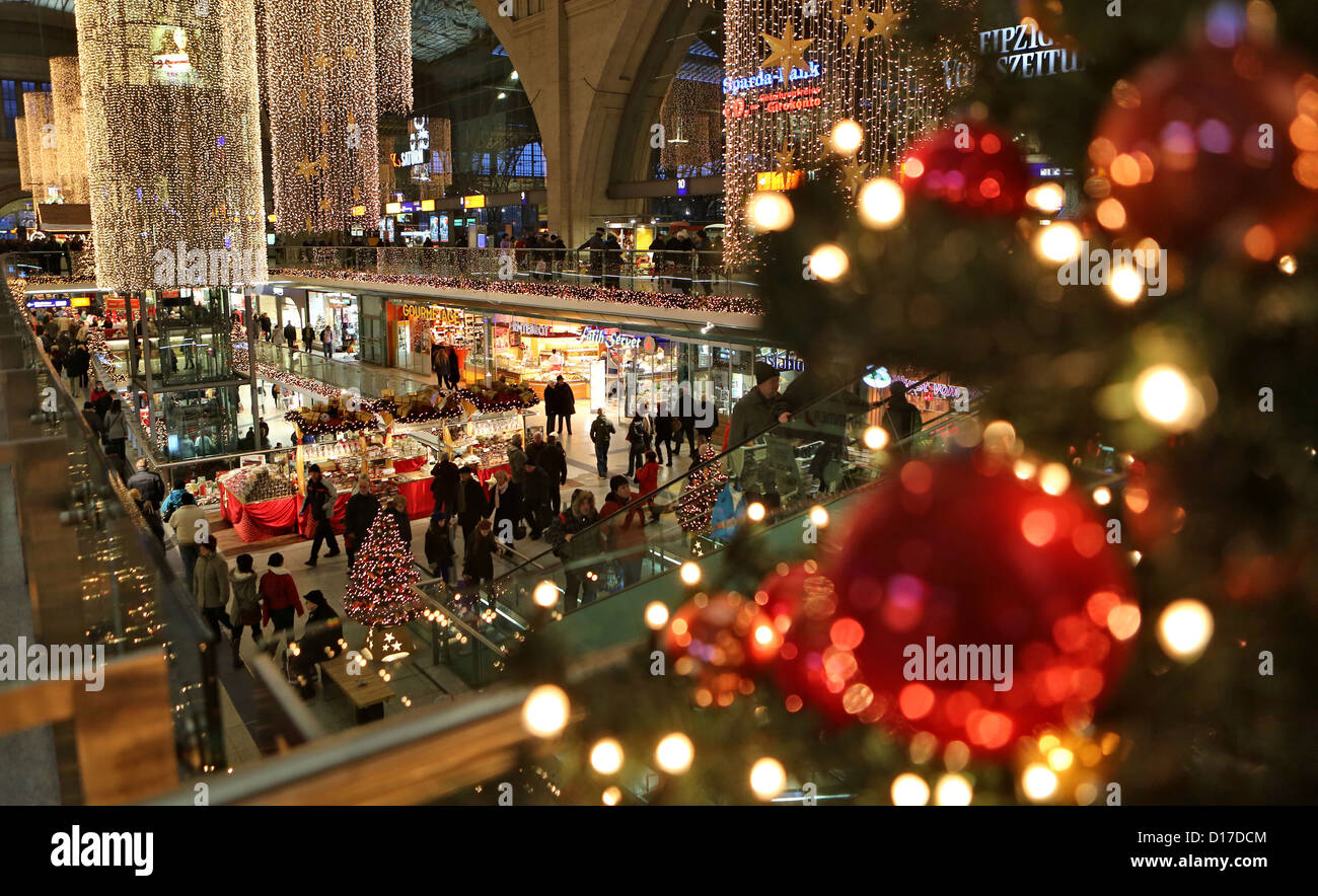 Visitors walk through the richly decorated shopping centre at the main railway station in Leipzig, Germany, 08 December - Stock Image