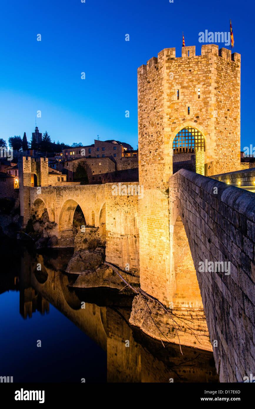 The old Romanic stone bridge over Fluvià river at night, Besalú, Catalonia (Spain) - Stock Image
