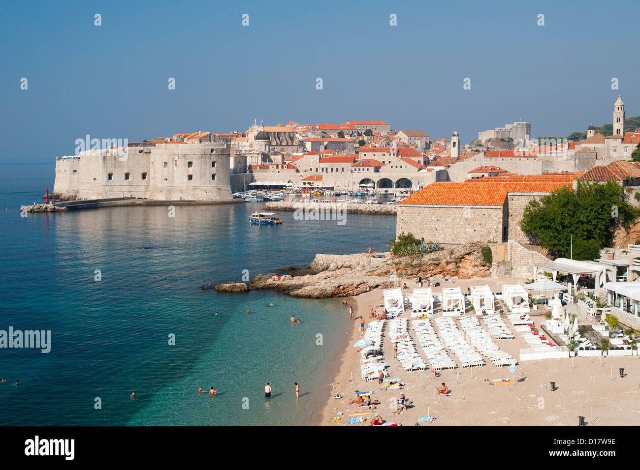 Banje beach and the old town and harbour of Dubrovnik on the Adriatic coast of Croatia. - Stock Image