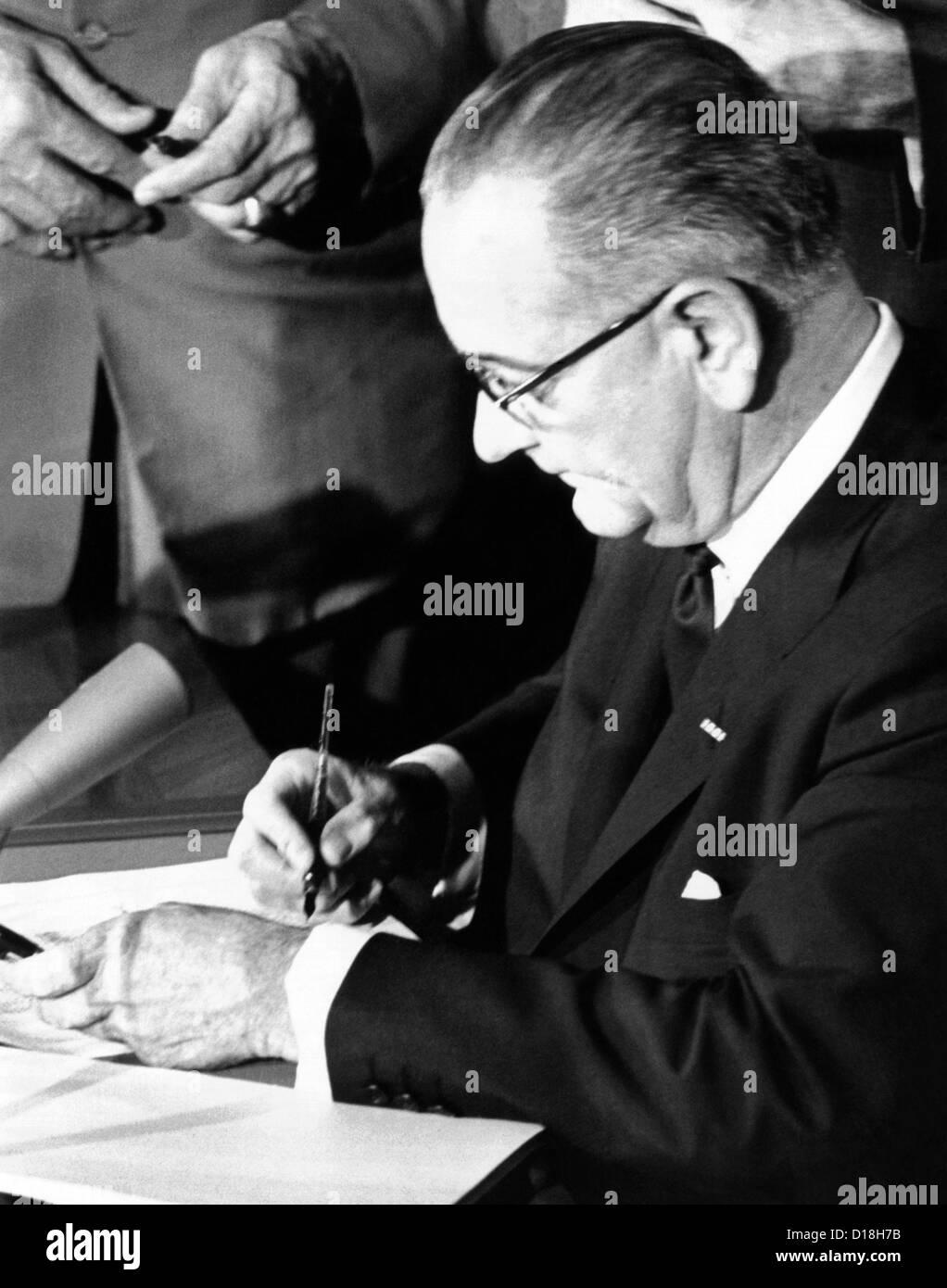 President Lyndon Johnson signing the 1964 Civil Rights bill. July 2, 1964. (CSU_ALPHA_706) CSU Archives/Everett - Stock Image