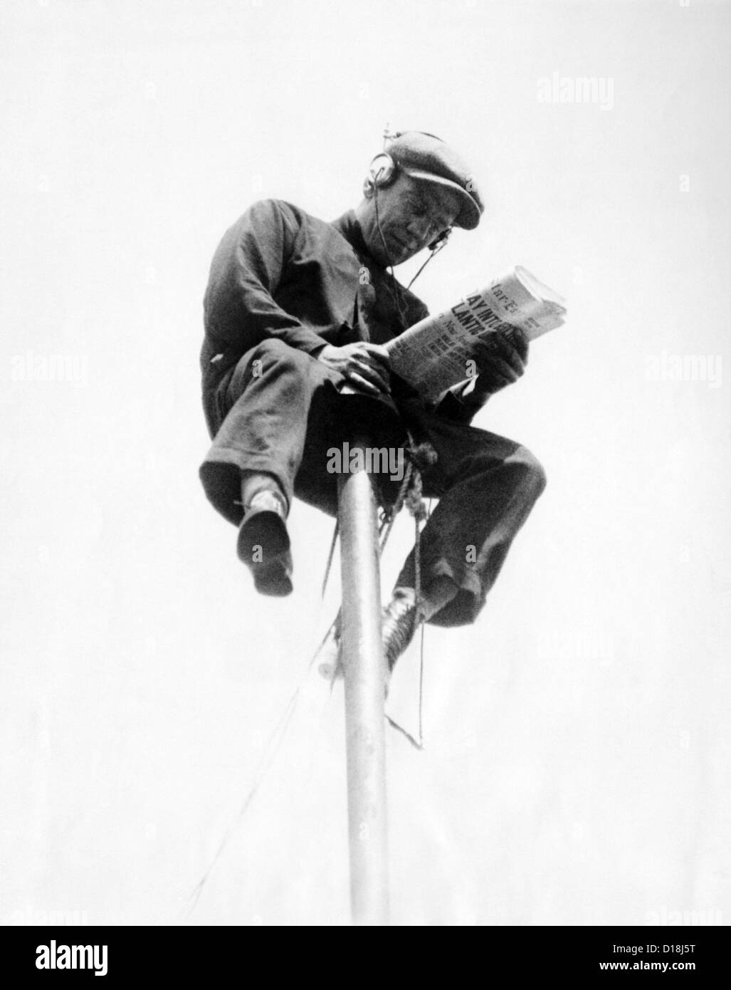 Alvin 'Shipwreck' Kelly sitting on a 39 foot flagpole atop the eight-story Hotel St. Francis in Newark. - Stock Image