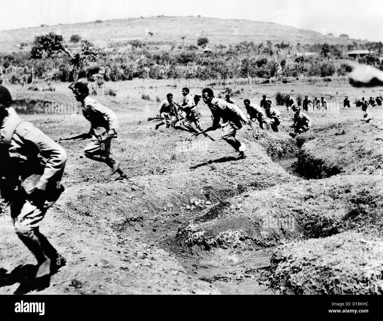 Second Italo-Ethiopian War. Ethiopian infantrymen running during battle in Southern Ethiopia. Oct. 1935. (CSU_ALPHA - Stock Image