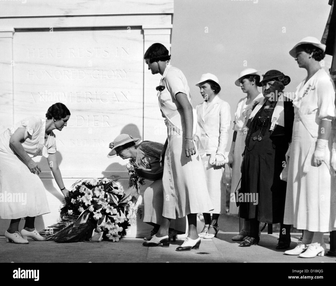 Daughters of the American Revolution honor the Unknown Soldier of World War 1. Making their annual pilgrimage to - Stock Image