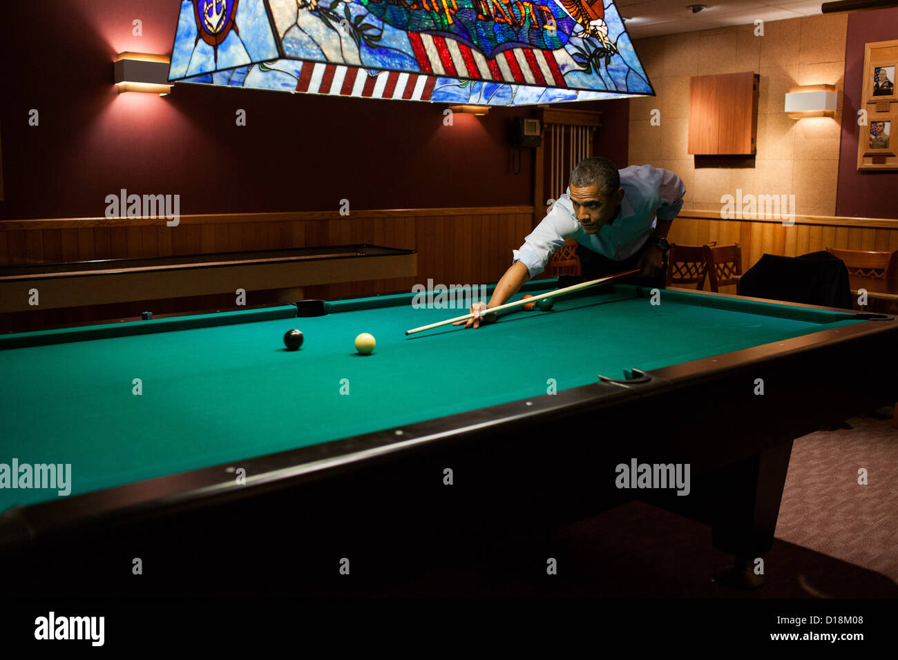 President Barack Obama plays a game of pool following the conclusion of the G8 Summit at Camp David, Md., May 19, - Stock Image