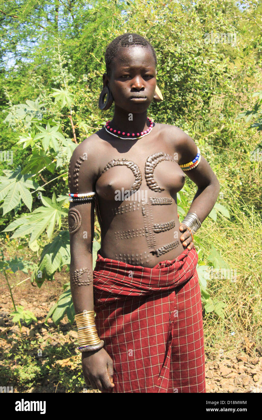 Africa, Ethiopia, Debub Omo Zone, Mursi tribe woman with beauty scarring - Stock Image