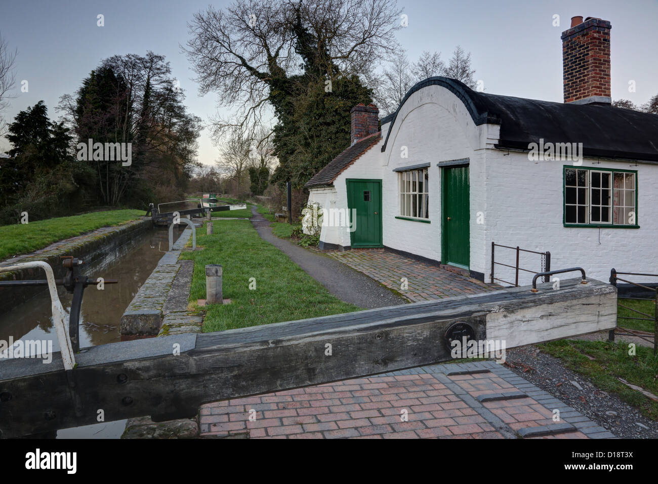 Stratford on Avon Canal 1812 Lengthman's Cottage with barrel roof & adjacent to single gate canal lock number - Stock Image