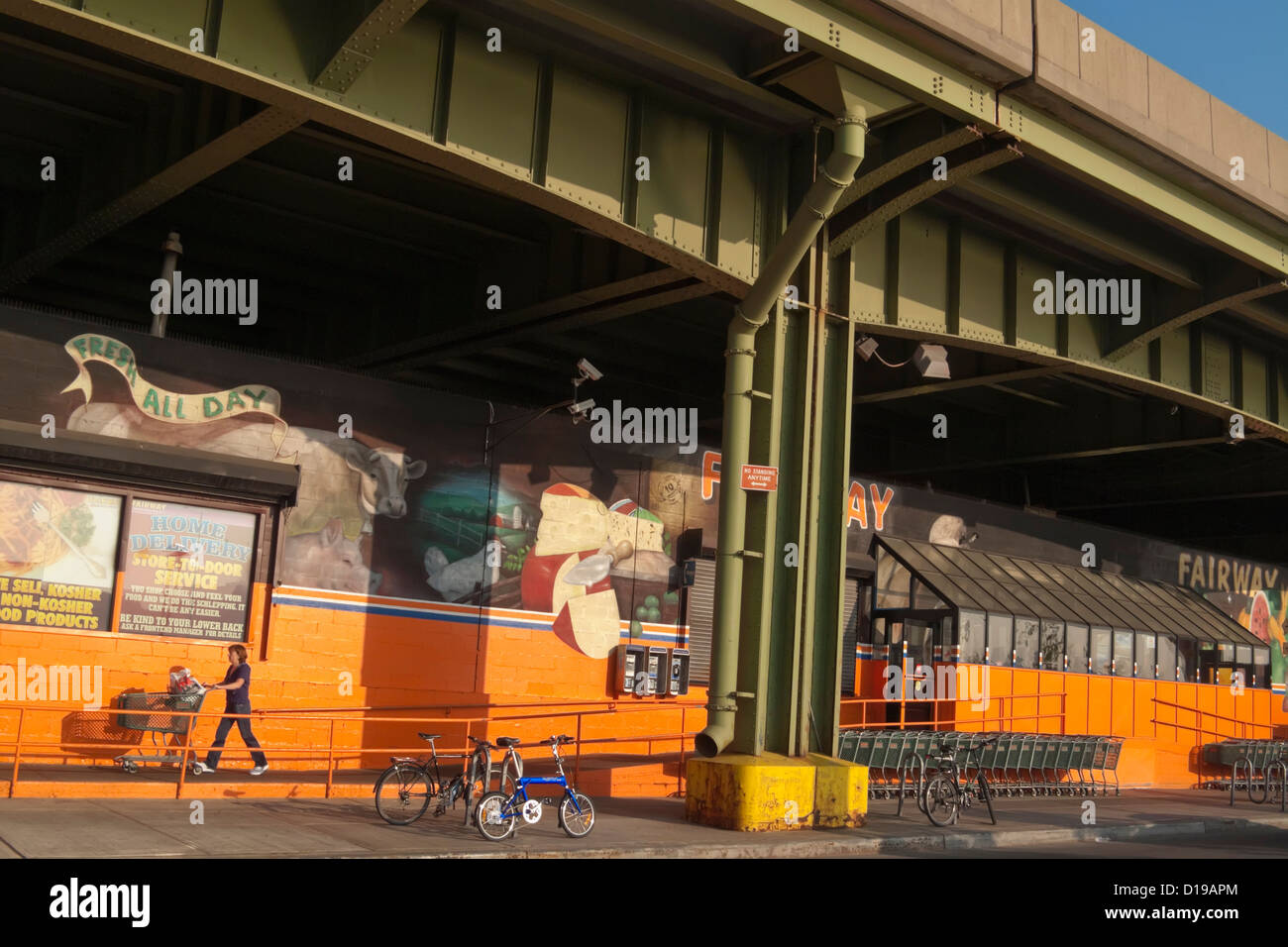 Fairway Supermarket, tucked under the West Side Highway (Henry Hudson Parkway) in Harlem. - Stock Image