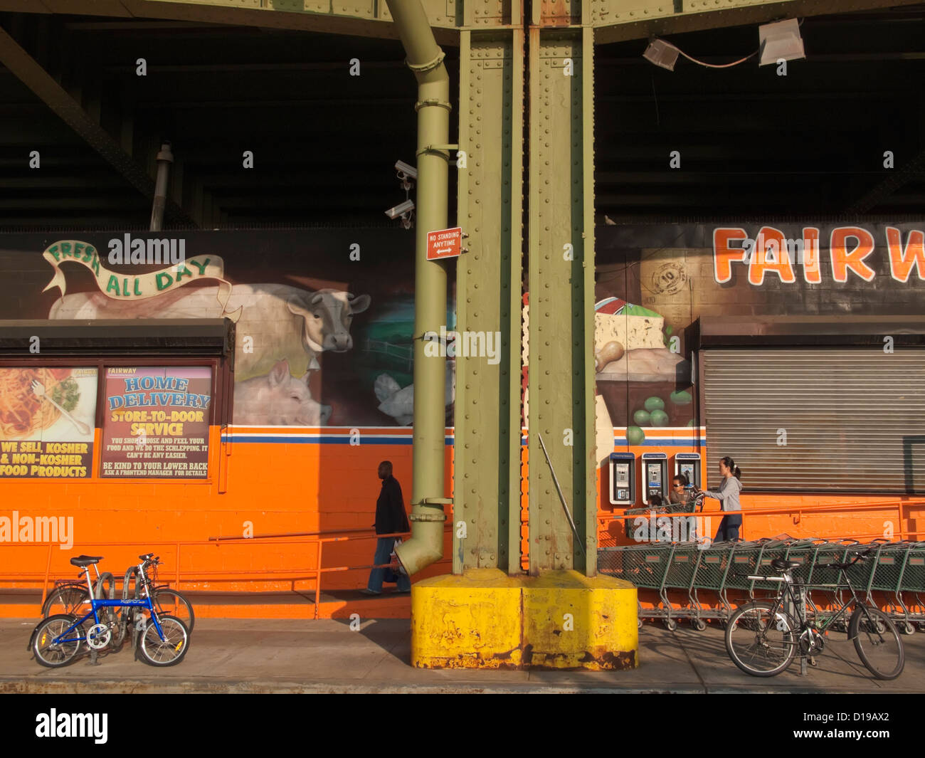 Fairway Supermarket, tucked under the West Side Highway (Henry Hudson Parkway) in Harlem. - Stock Image