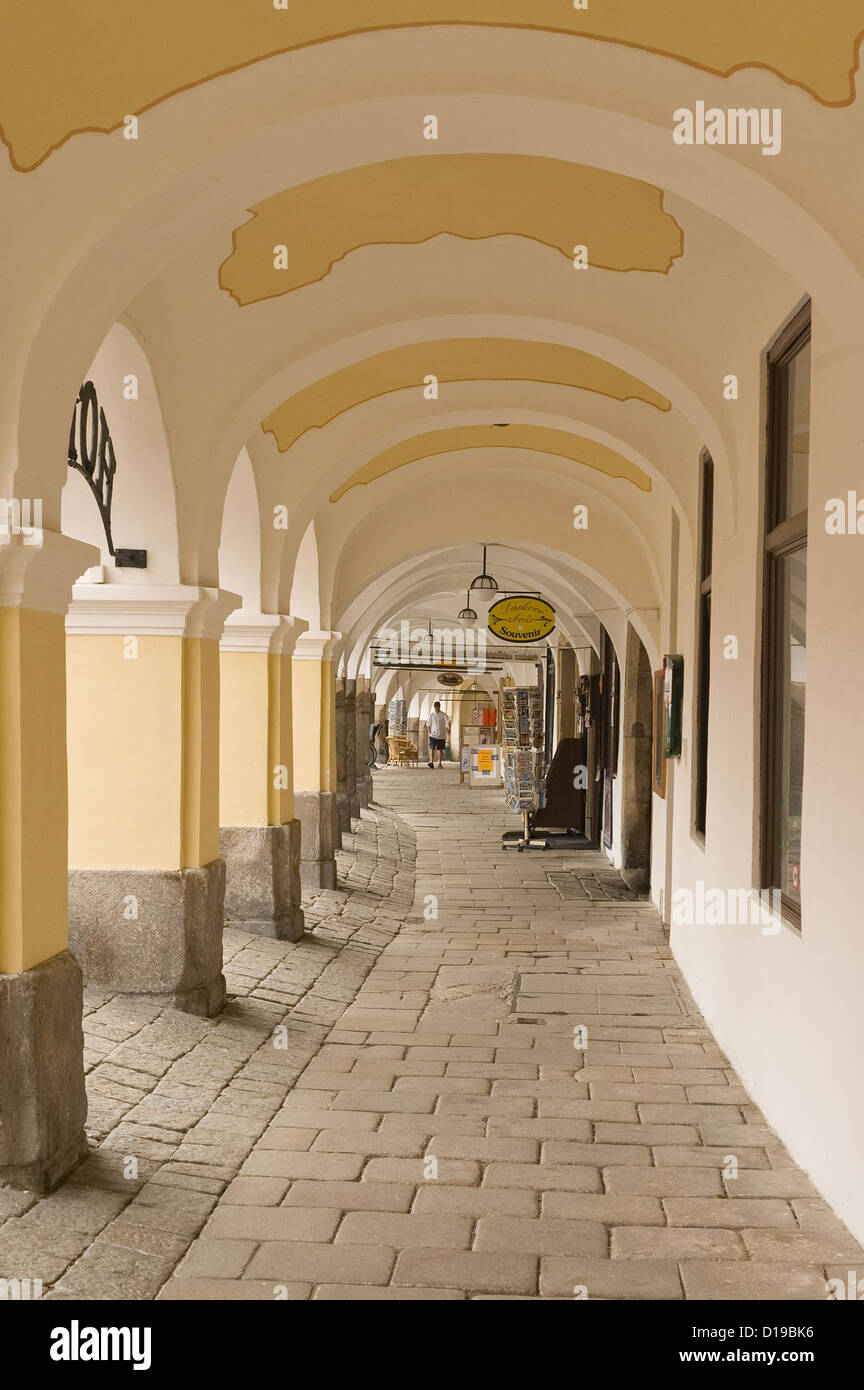 Elk188-3368v Czech Republic, Telc, namesti Zachiariase z Hradce, main square, arcaded sidewalk below houses - Stock Image