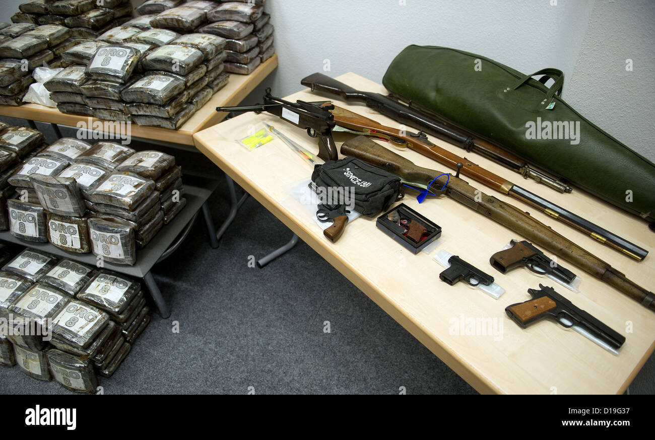 Packages of cocaine and handguns sit in the police station in Hamburg, Germany, 11 December 2012. The public - Stock Image