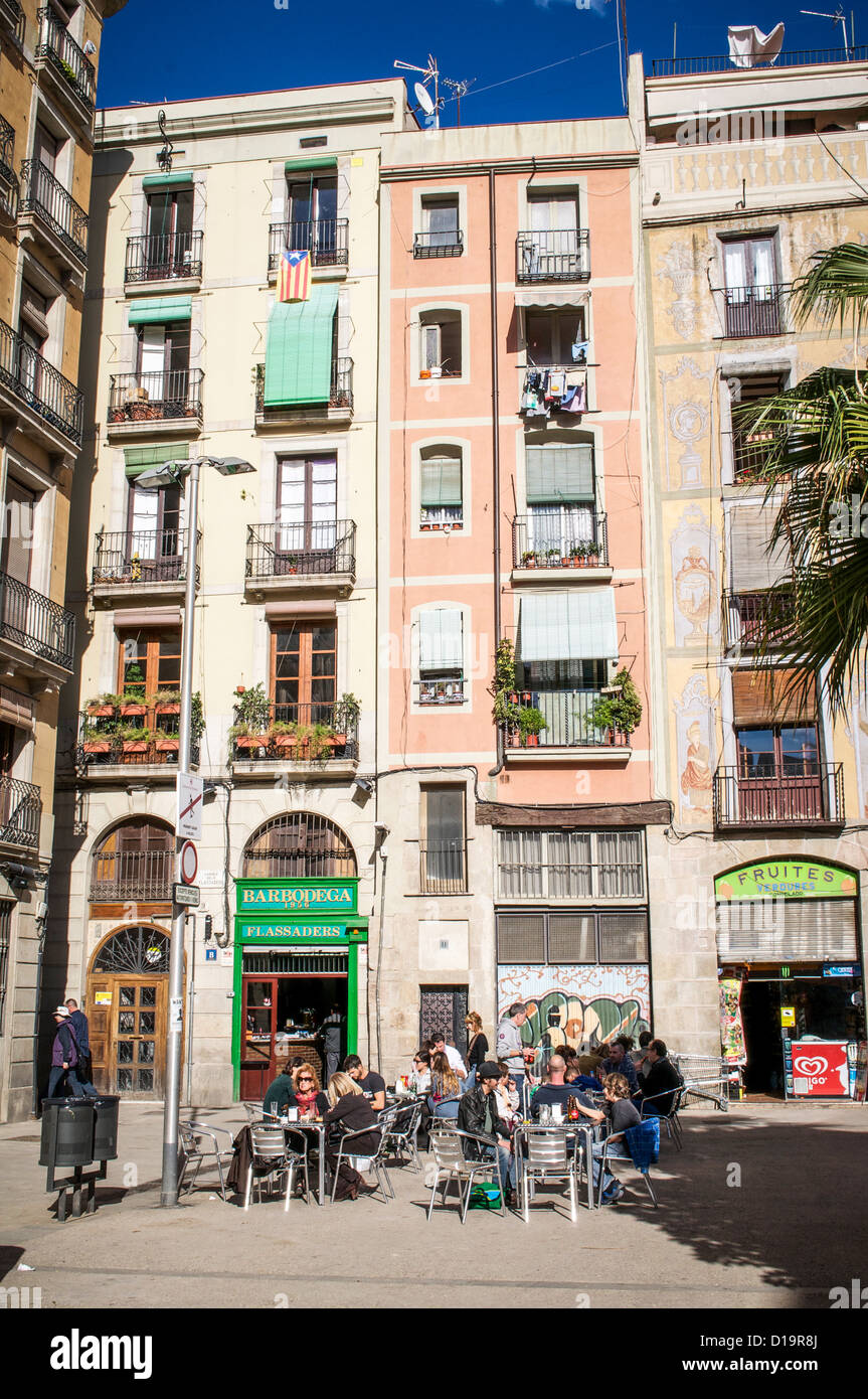 Diners enjoy and afternoon in a sunny outdoor cafe in a tiny square of the Barri Gotic in Barcelona, Spain. - Stock Image