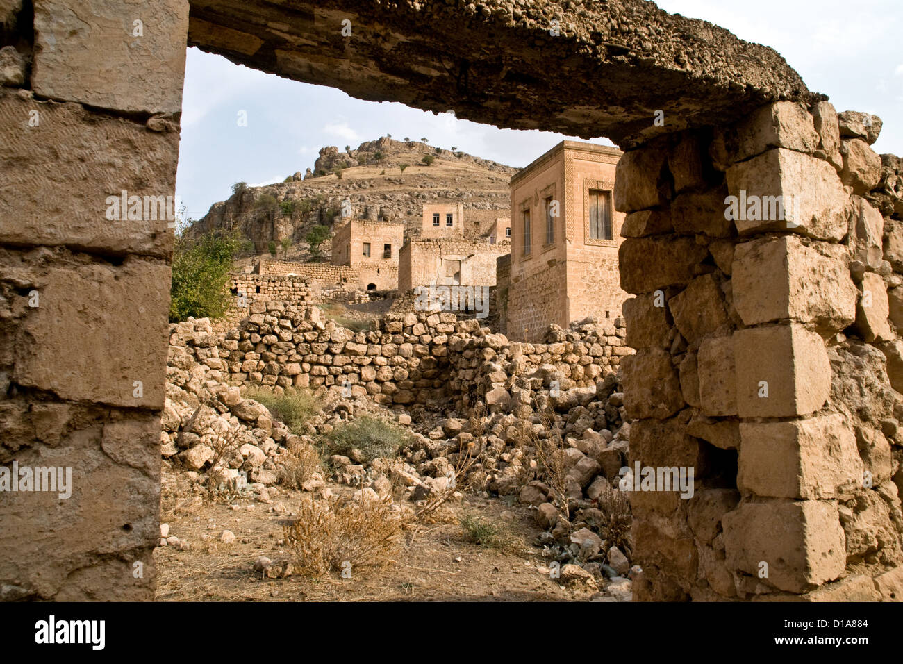 Honey-coloured stone houses in the ancient village of Dereici, in the Syriac Tur Abdin region of southeastern Turkey. - Stock Image