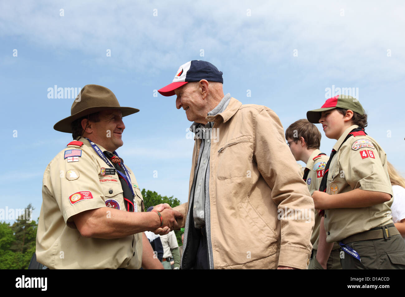 Gail Halvorsen with boy scouts of the Troop 46 Freedom Outpost, Berlin, Germany - Stock Image