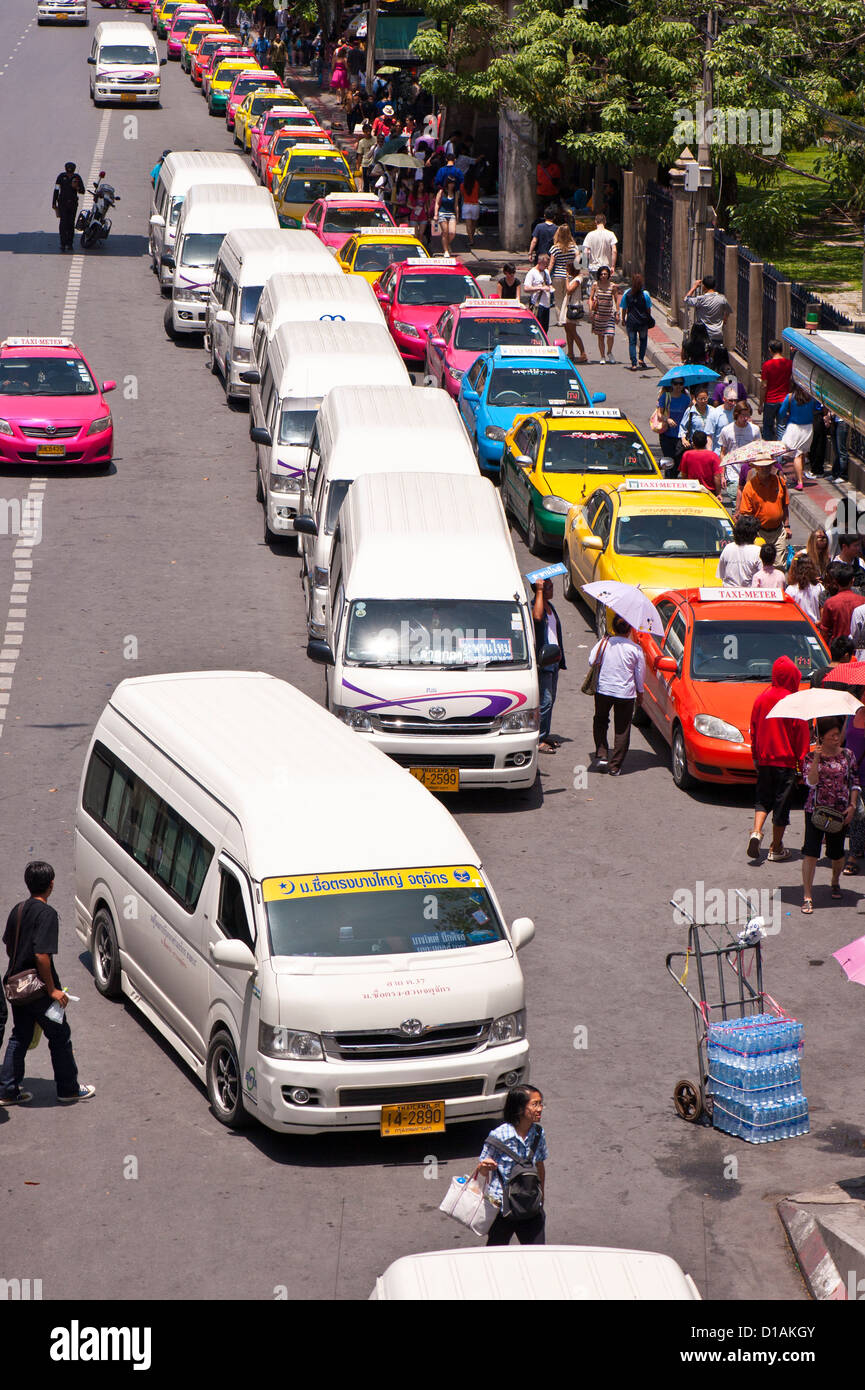 Taxis and minibuses queue outside a park on a Sunday, Bangkok - Stock Image