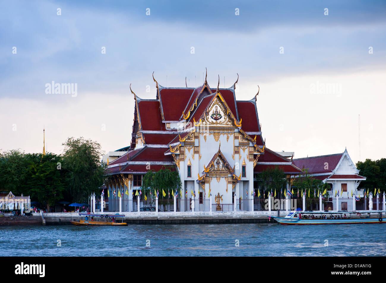 Low cloud gathers over Wat Rakang, Bangkok - Stock Image