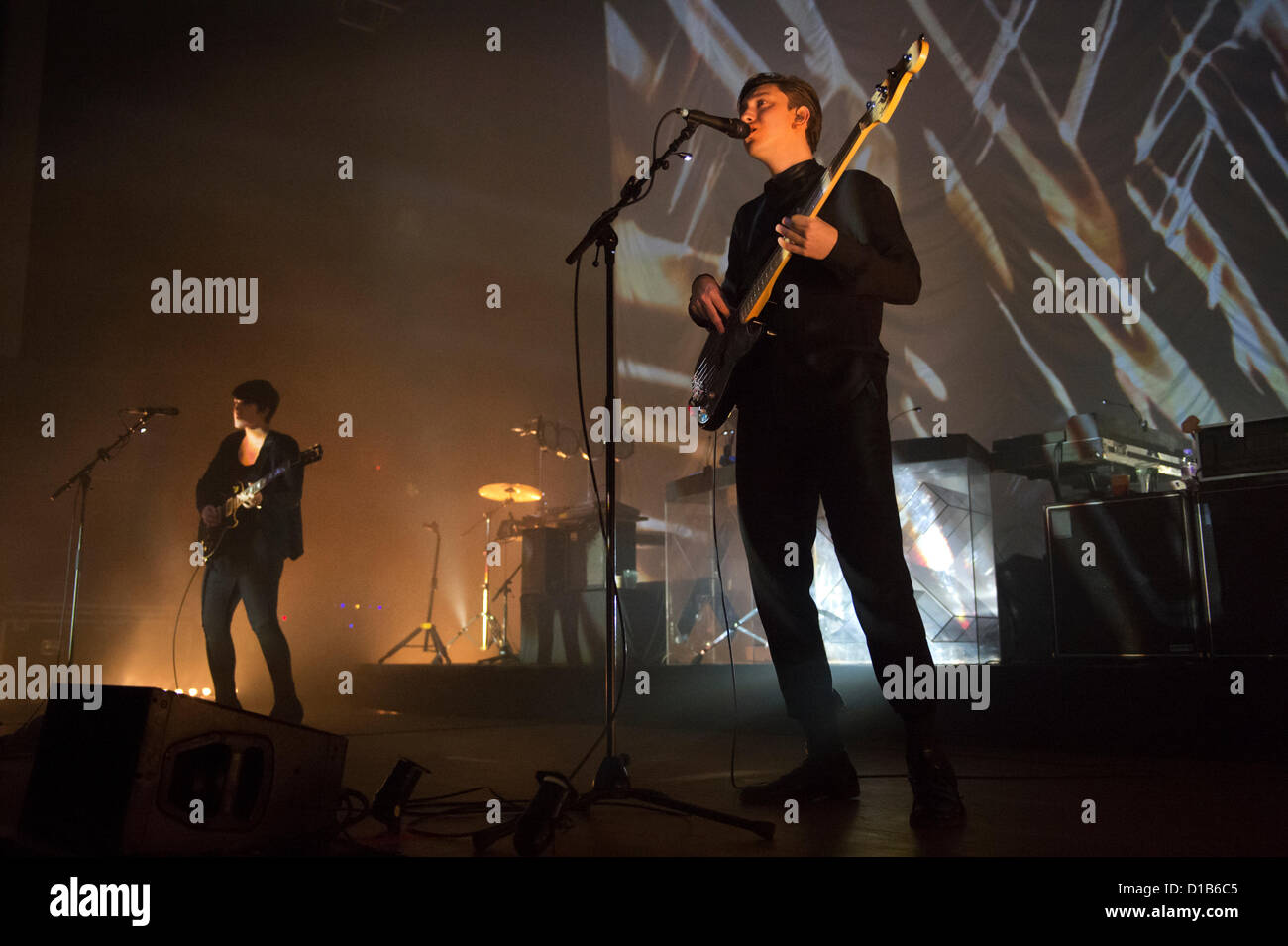 Wolverhampton, UK. 12th December 2012. Romy Madley Croft and Oliver Sim performing with their indie band The xx - Stock Image