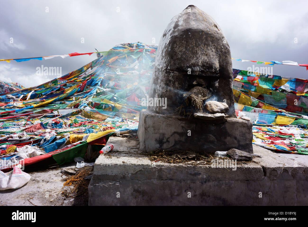 Chörten with fire offering and prayerflags, Kahmba La Pass (4794 m) Southern Highway Lhasa to Gyantse and Shigatse, - Stock Image
