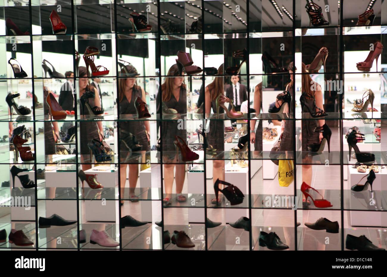 Womens Shoe Display Shop Stock Photos   Womens Shoe Display Shop ... b3a38cea8e