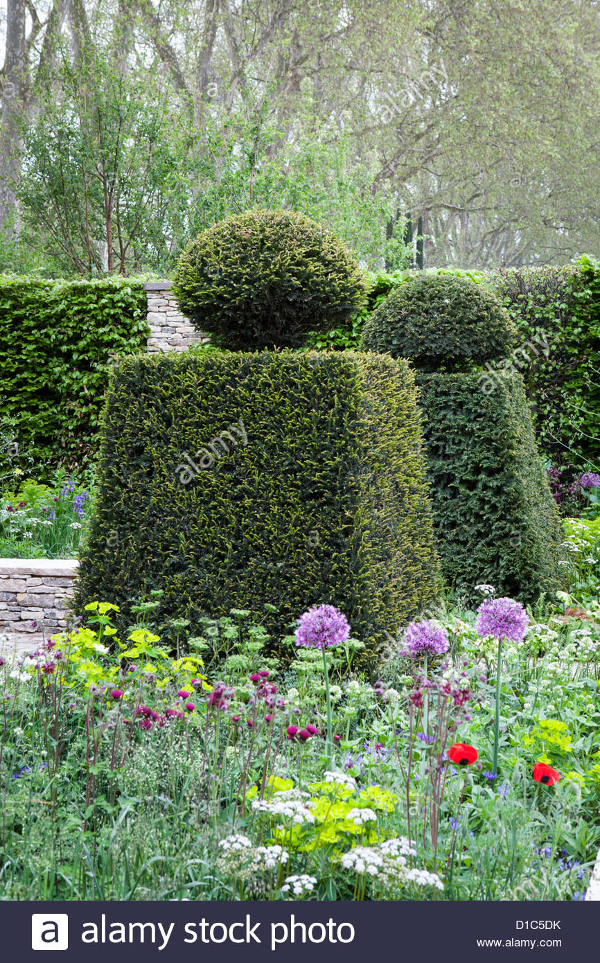 The Brewin Dolphin Garden, des. Cleve West, Yew topiary in formal garden design - Stock Image