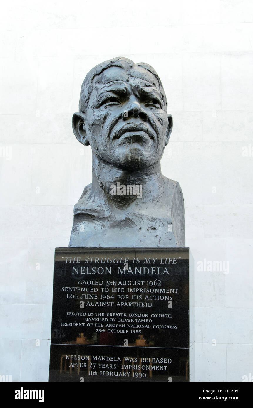Nelson Mandela statue near the Royal Festival Hall. The sculpture by Ian Walters was commissioned by Ken Livingstone - Stock Image