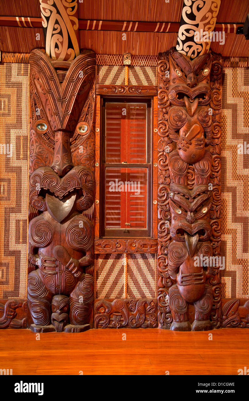 Carved Traditional Maori Figure, called Poupou, supporting the overhead rafters of the meeting house, Waitangi Treaty - Stock Image