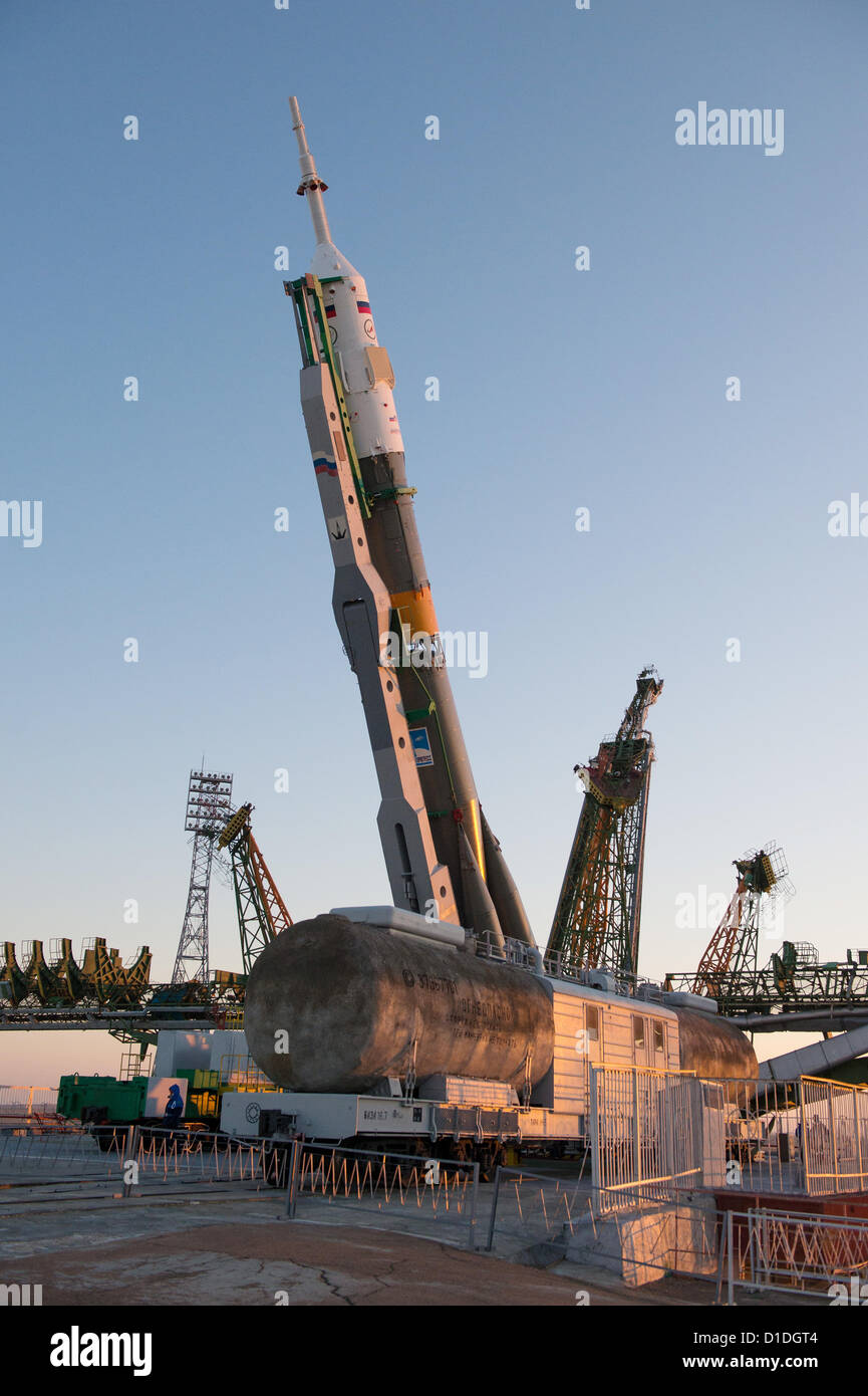 A Soyuz rocket is lifted into position after roll out to the launch pad December 17, 2012 at the Baikonur Cosmodrome - Stock Image