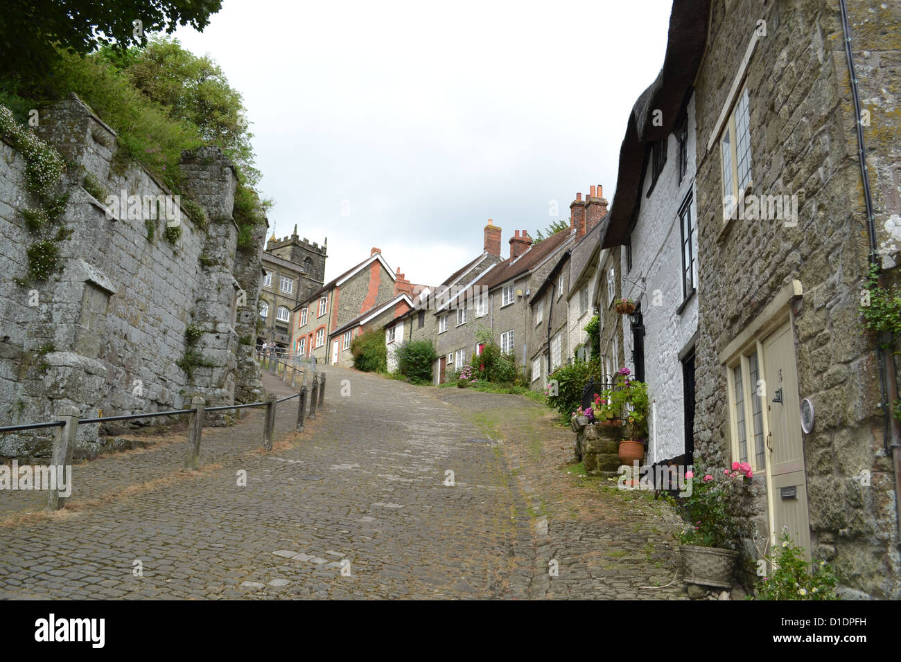 Gold Hill in Shaftesbury, Dorset. This picturesque hill has been used in many adverts and chocolate boxes. - Stock Image