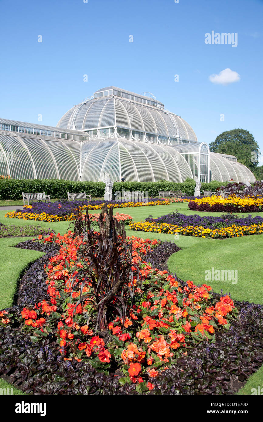 Palm House parterre with floral display of approx 16000 plants, Royal Botanic Gardens, Kew, near Richmond, Surrey, - Stock Image