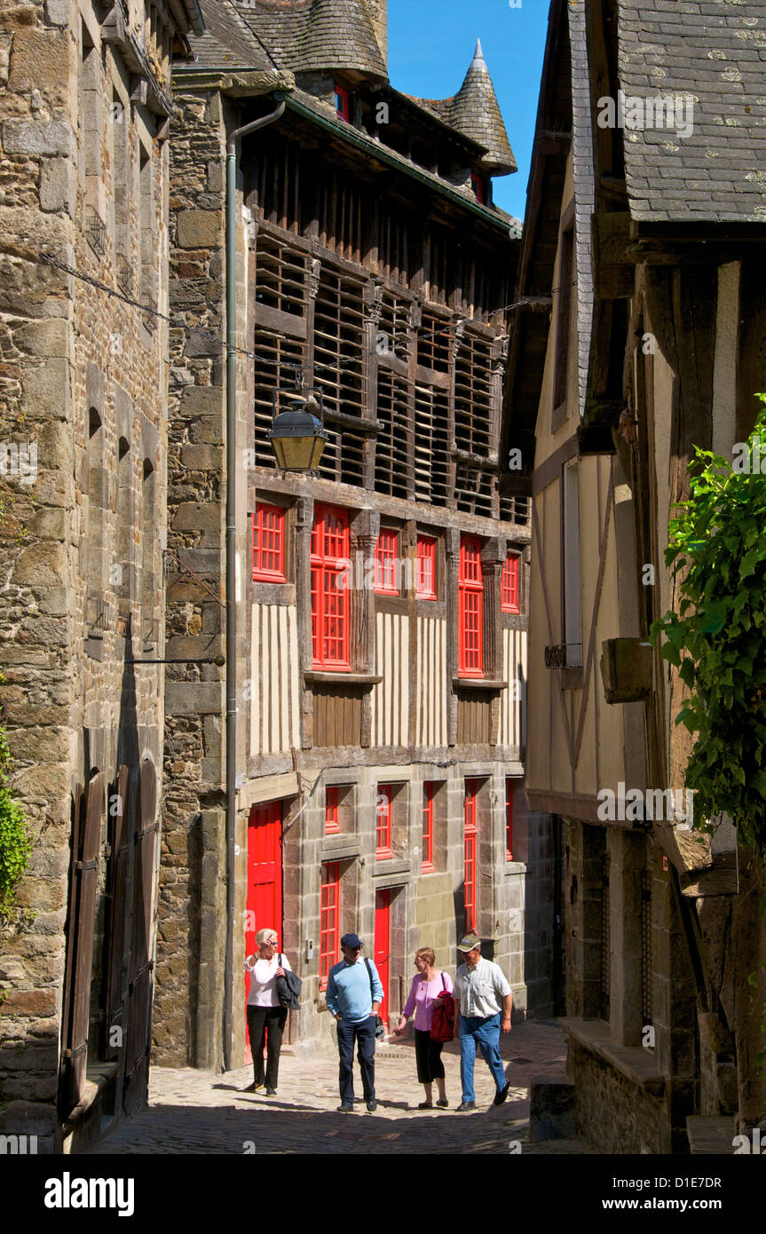 Mansions and barn on Jerzual street, with tourists, Old Town, Dinan, Cotes d'Armor, Brittany, France - Stock Image