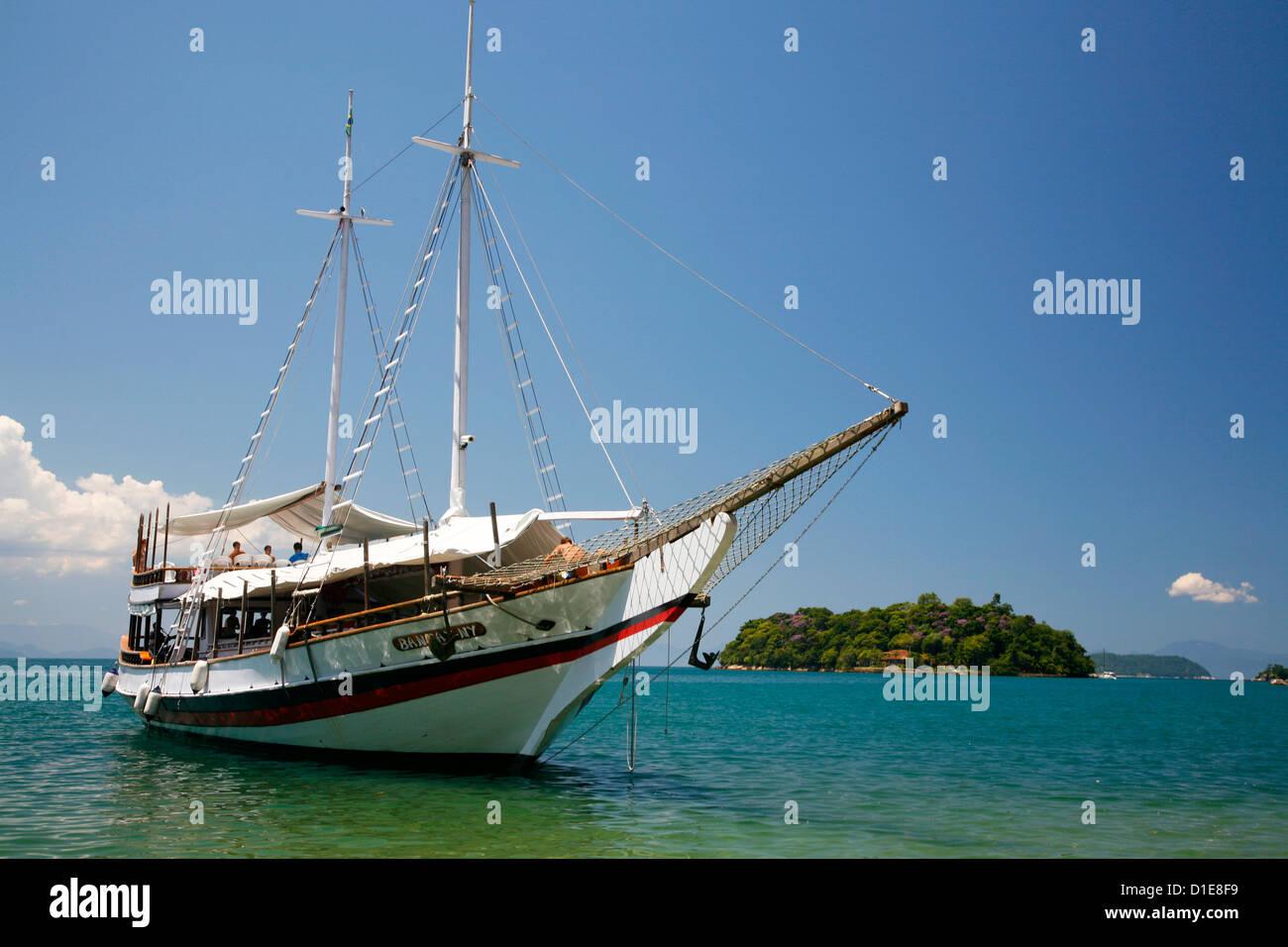Schooner cruising between the different beaches and islands around Parati, Rio de Janeiro State, Brazil, South America - Stock Image