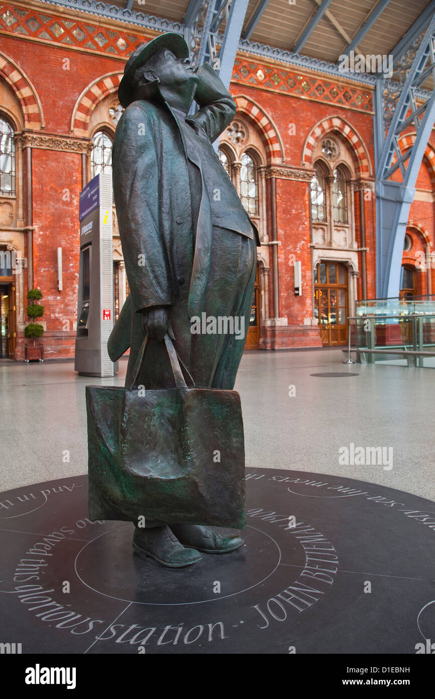 The statue of Sir John Betjeman at St. Pancras International station in London, England, United Kingdom, Europe - Stock Image