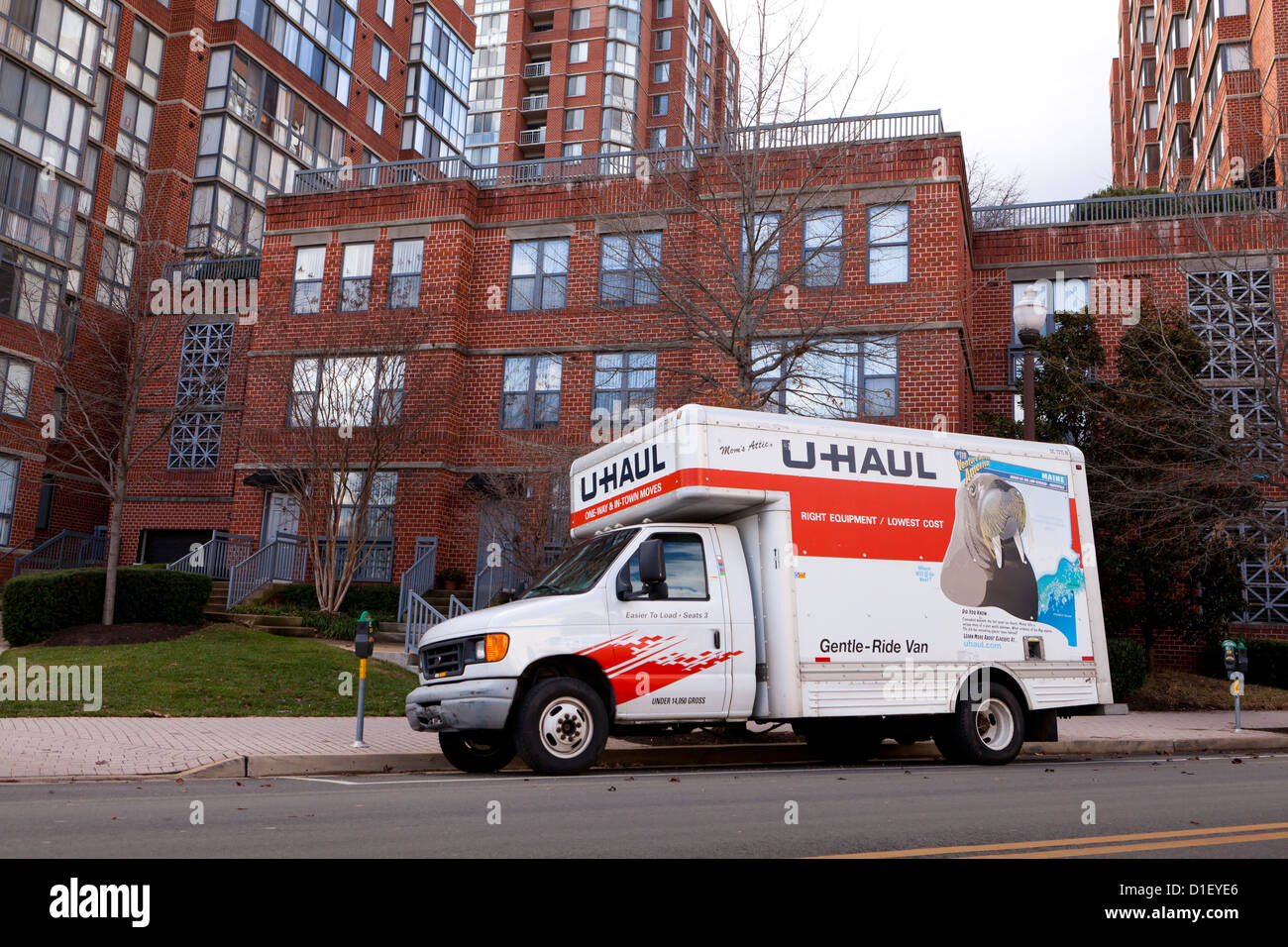 U Haul Moving Truck >> Uhaul Moving Truck Parked In Front Of Apartment Building