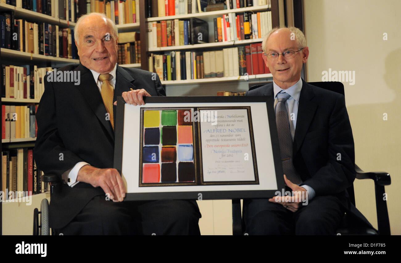 HANDOUT - Der ehemalige Bundeskanzler Helmut Kohl (l) empfängt am 18.12.2012 den EU-Ratspräsidenten Herman - Stock Image