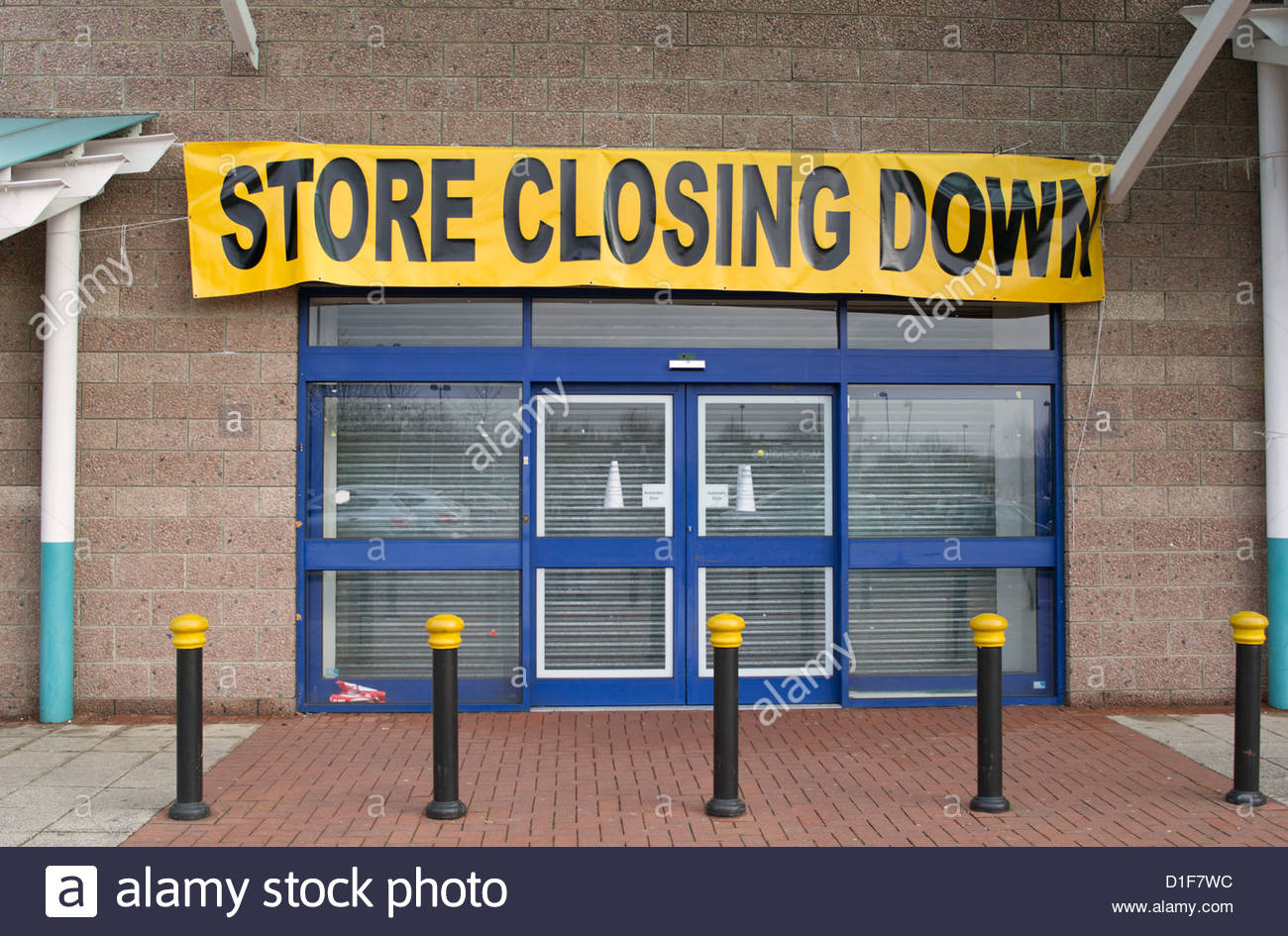 Store Closing Down sign in retail park, north London. Branch of Comet - Stock Image