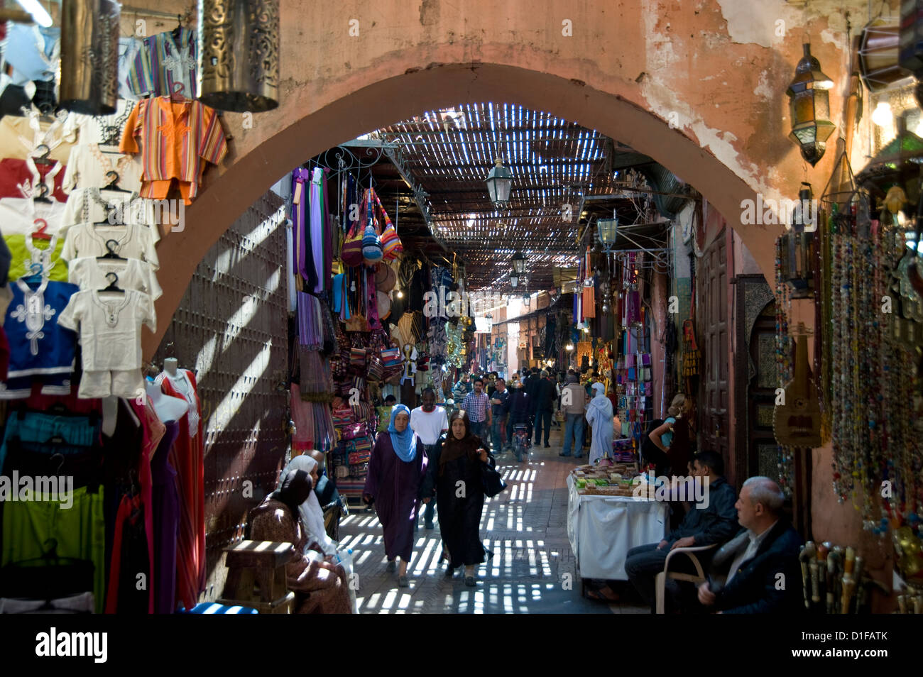 The view through an arch of shoppers in the souk in Marrakech, Morocco, North Africa, Africa - Stock Image