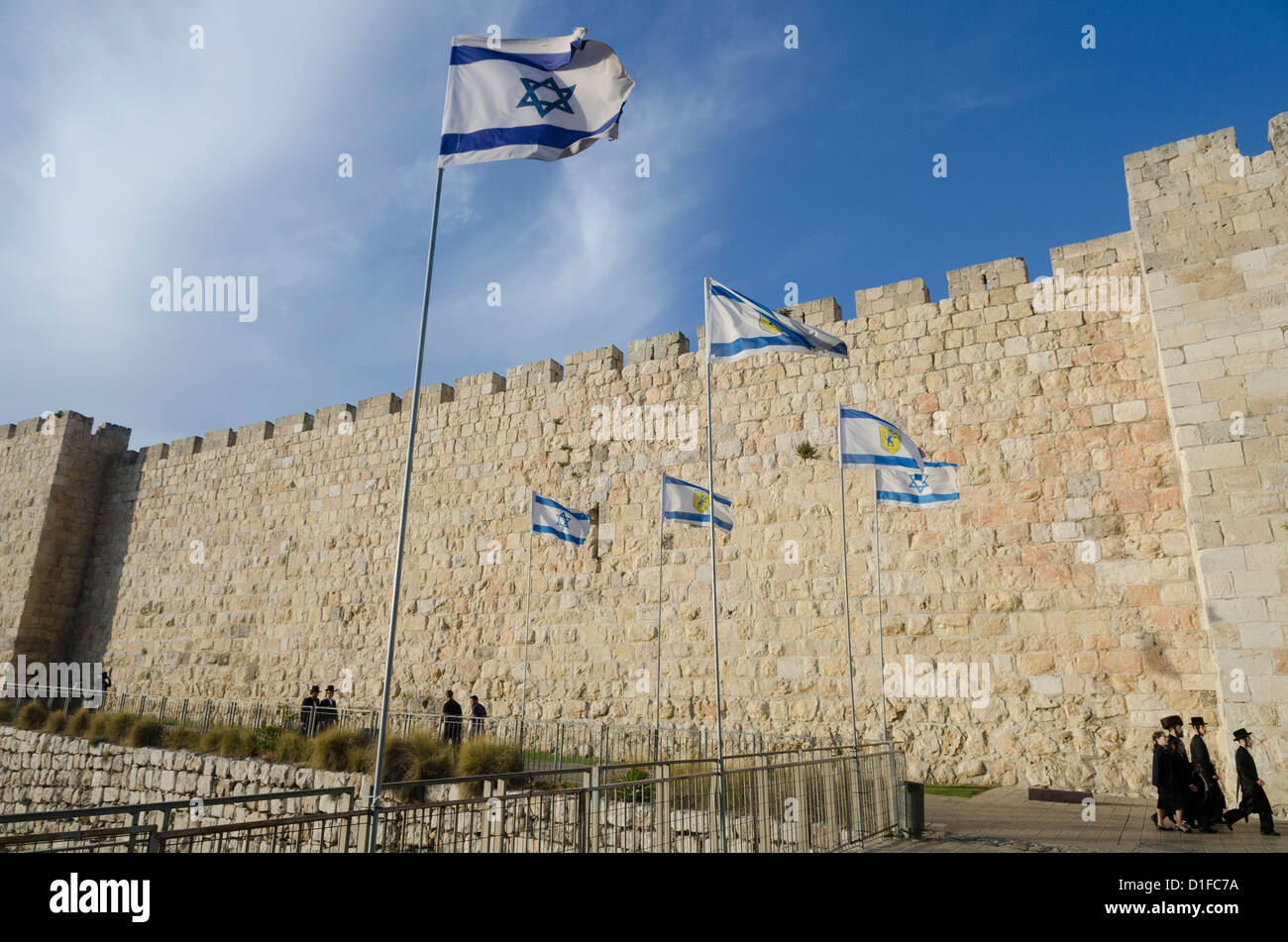 View of City Walls with Orthodox Jews and Israeli flag. Old City, Jerusalem, Israel, Middle East - Stock Image