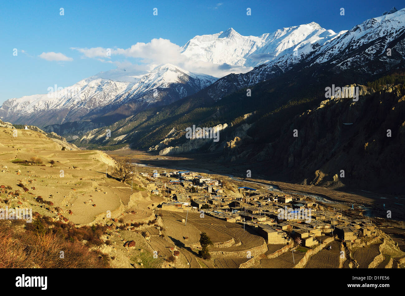 Manang village and Annapurna Himalayan Range, Annapurna Conservation Area, Gandaki, Pashchimanchal, Nepal Stock Photo