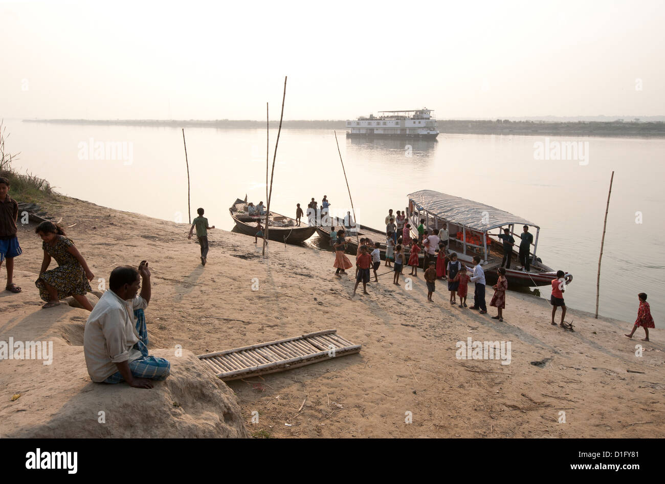 Activity around ferry arrival on the banks of the River Hugli (River Hooghly), rural West Bengal, India, Asia - Stock Image