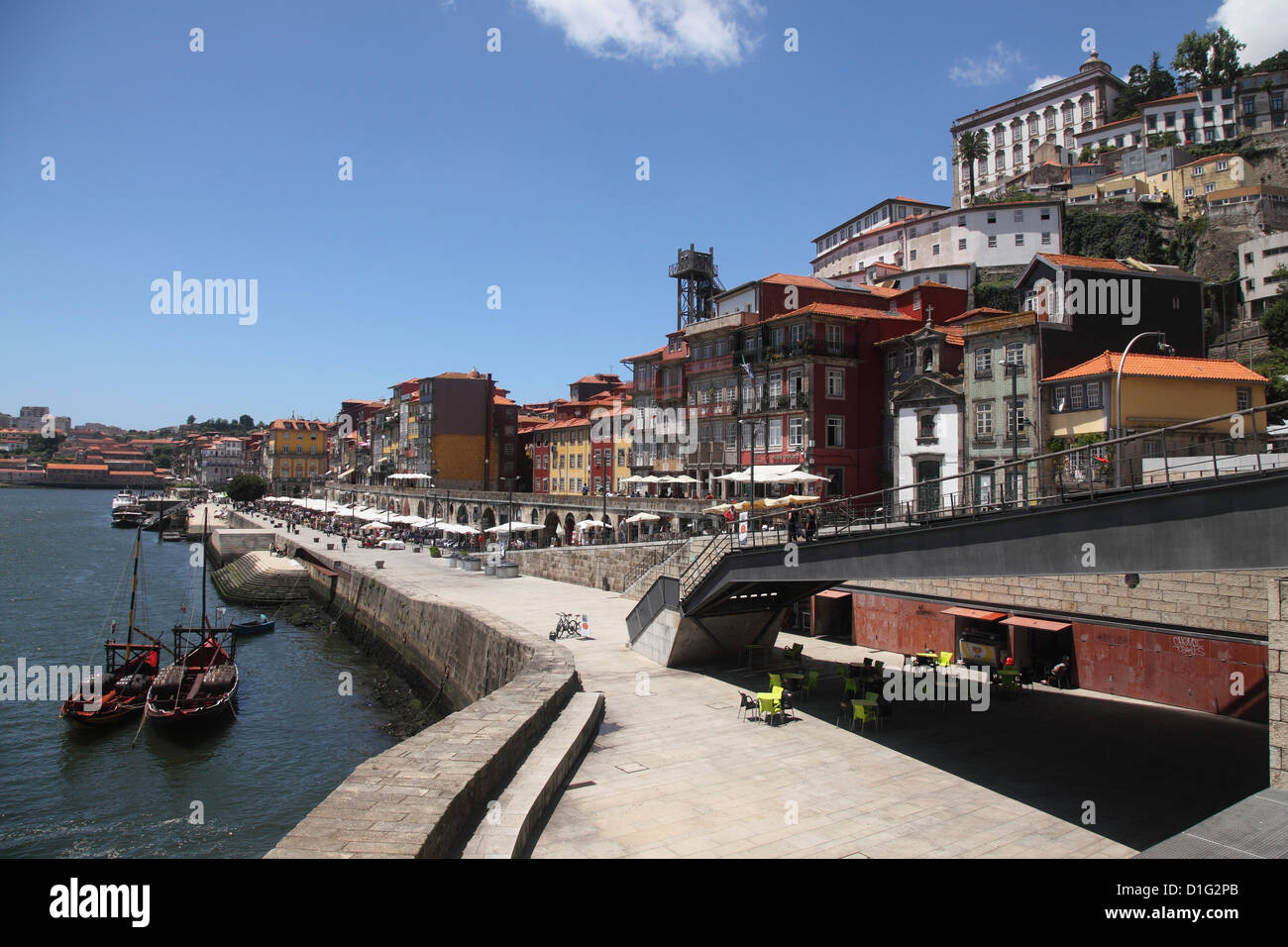 The River Douro runs alongside the Ribeira District, UNESCO World Heritage Site, Porto, Douro, Portugal, Europe - Stock Image