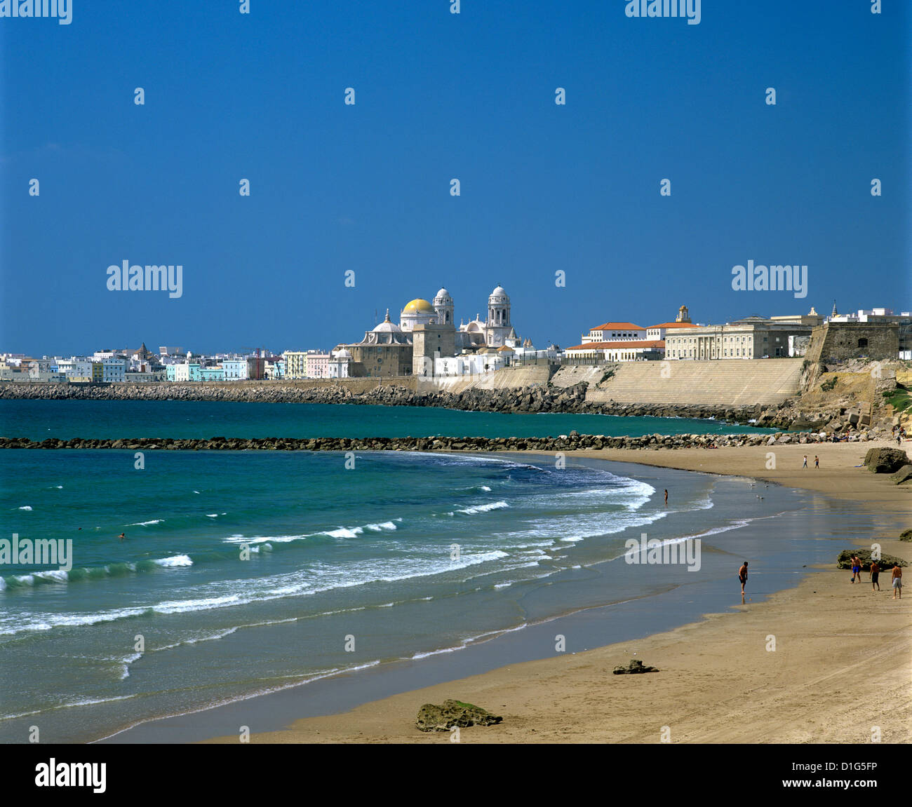 View along beach towards old town, Cadiz, Andalucia, Spain, Europe - Stock Image