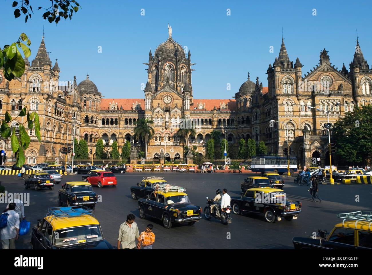 Busy junction outside Victoria Terminus (Chhatrapati Shivaji Terminus), Mumbai (Bombay), Maharashtra, India, Asia - Stock Image