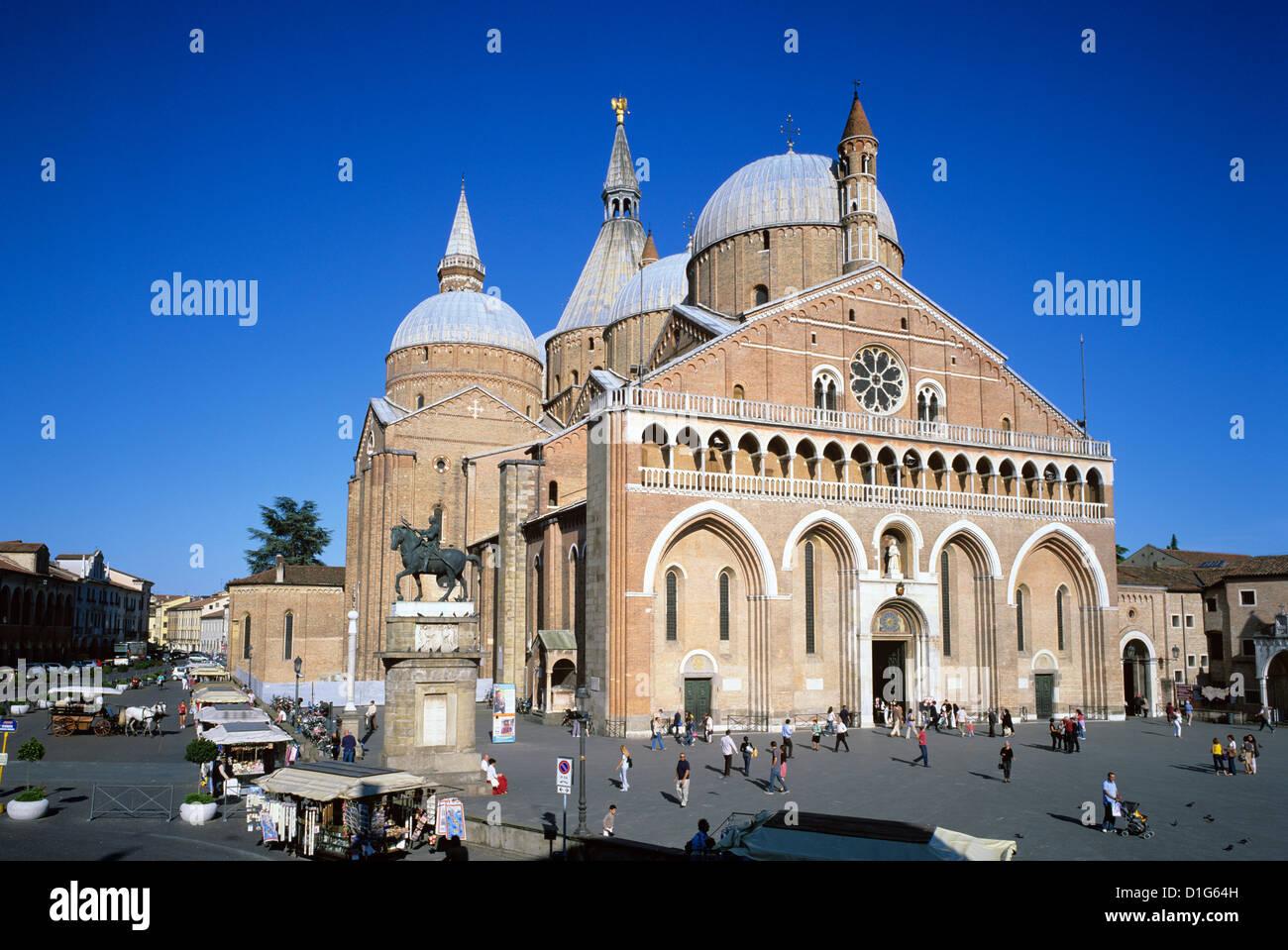 Il Santo (Basilica di San Antonio) and the Piazza del Santo, Padua, Veneto, Italy, Europe - Stock Image