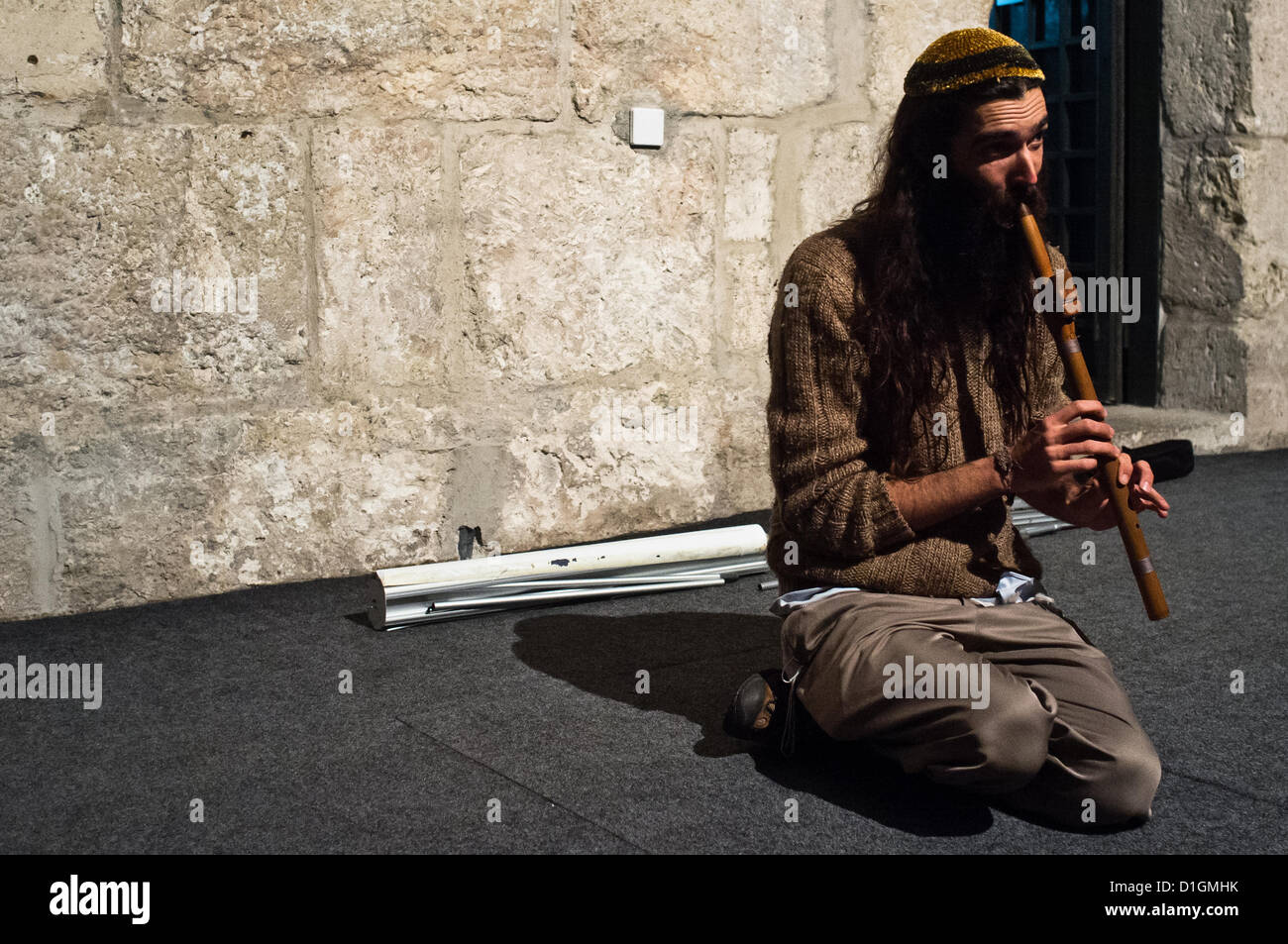 Jerusalem, Israel. 21st December 2012. A flutist plays solemnly as several dozen Jews, Christians and Muslims from - Stock Image