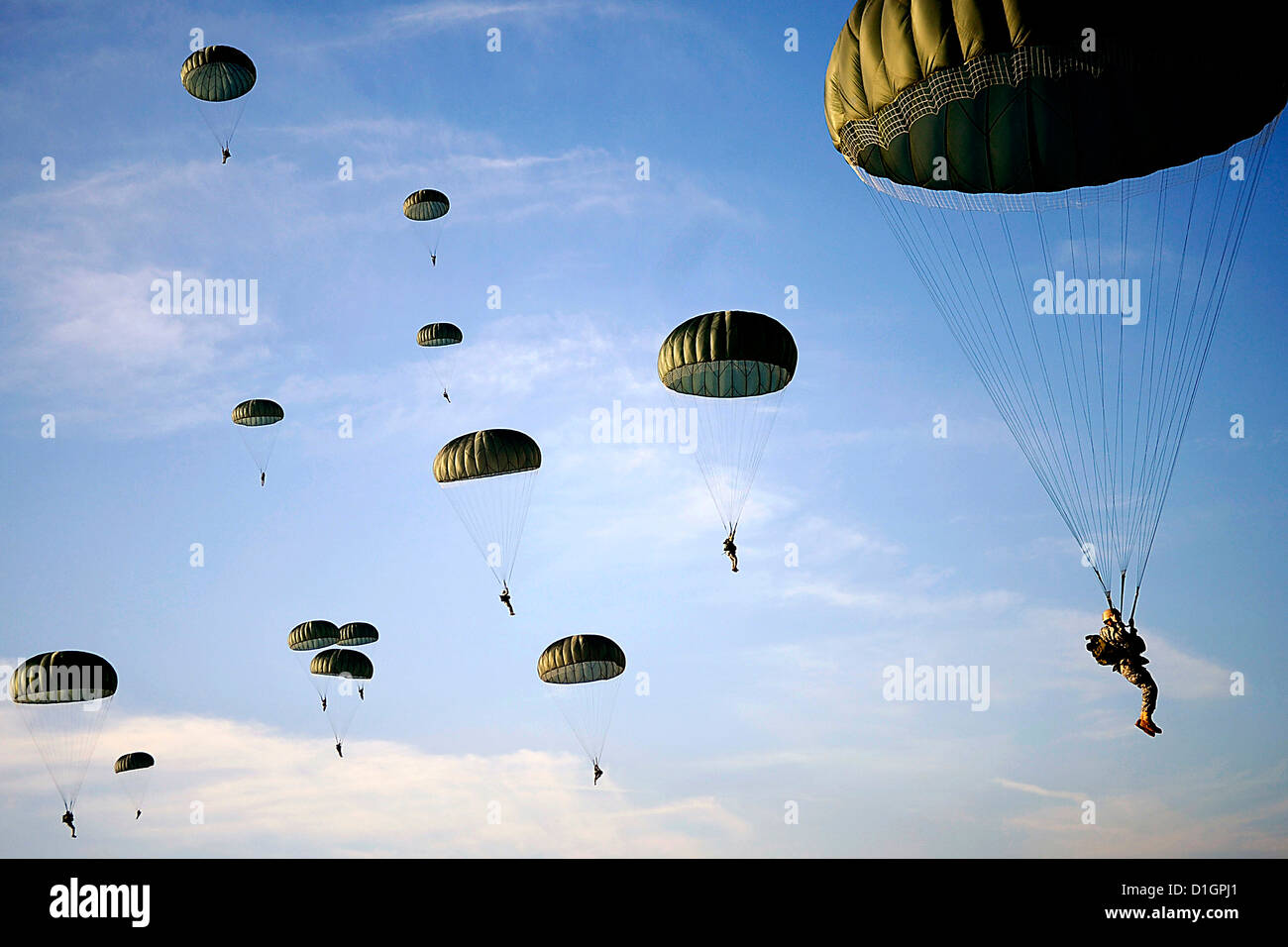US Army Soldiers descend from an aircraft during Operation Toy Drop on Fort Bragg, North Carolina December 6, 2008. - Stock Image