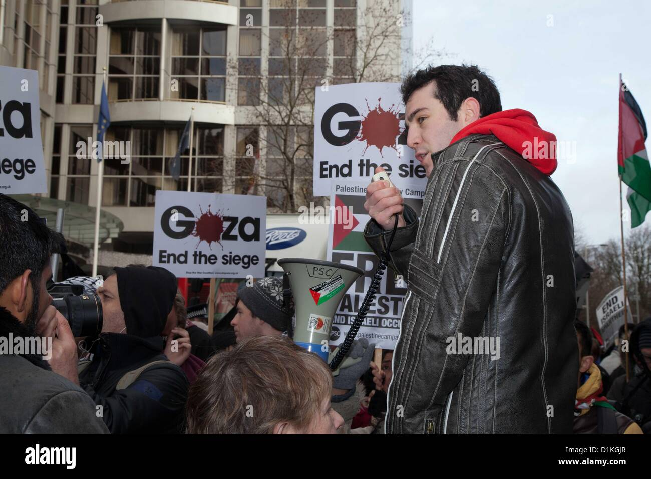 A student activists makes a speech. Palestinians and supporting activists gathered outside The Israeli Embassy to - Stock Image