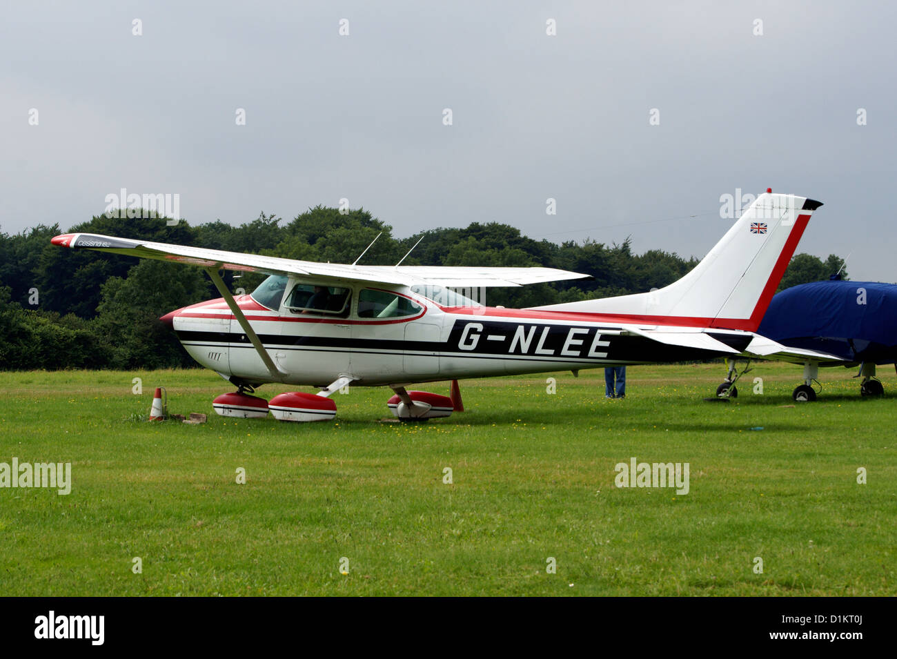 CESSNA AIRCRAFT COMPANY 182Q SKYLANE  G-NLEE, - Stock Image