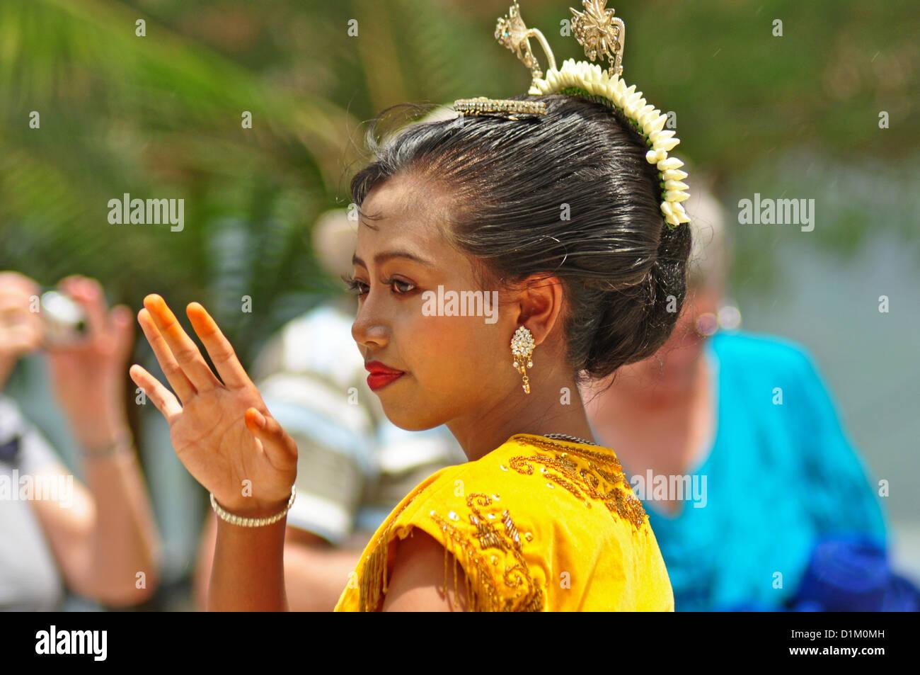 INDONESIA, Karimunjawa Islands (near Java), Little Menjangan Island, dancer in traditional costume performing for - Stock Image