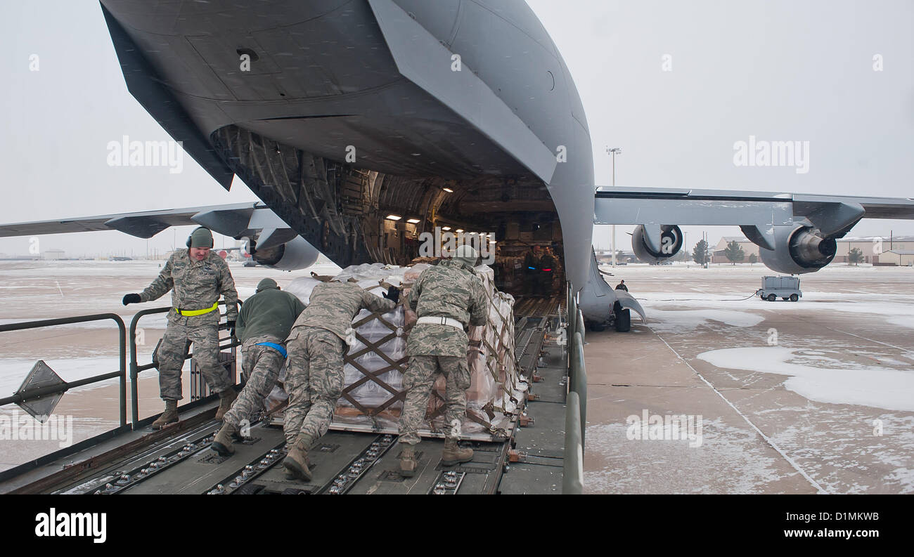 ALTUS AIR FORCE BASE, Okla. – 97th Logistics Readiness Squadron air operations flight members push a pallet loaded - Stock Image